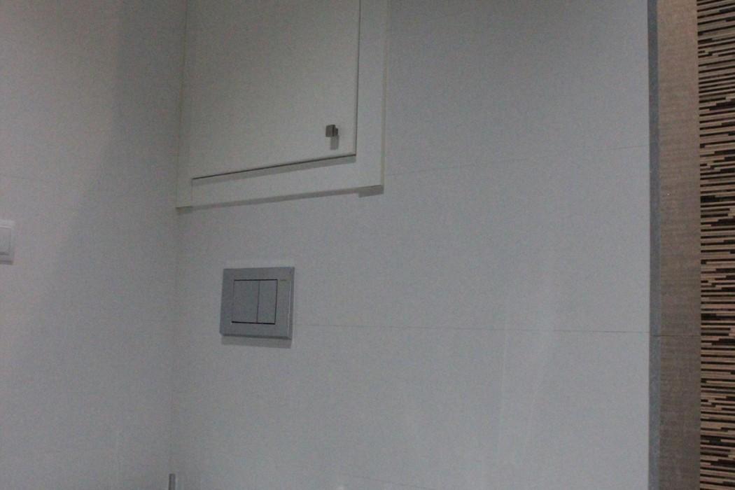 Armario sobre cisterna empotrada en baño principal